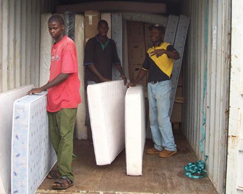 Matratzen mit Container eingetroffen